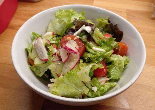 Salat mit Radieschen und Ei